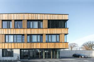 Aufgrund der leichten Hanglage erhielt das Verwaltungsgebäude einen massiven Sockel aus Stahlbeton. Die beiden Obergeschosse sind als Holzbau mit massiven Brettsperrholzwänden, Stützen und Unterzügen ausgebildet.