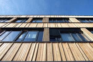 Die Fassade besteht aus tragenden Brettsperrholzplatten mit einer Dämmung aus Holzfaserplatten. Das Besondere ist die Bekleidung aus wiederverwendeten Eichenholzbrettern.