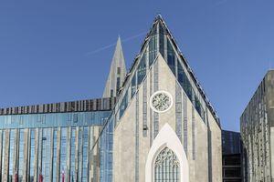 Mithilfe der gelungenen Kombination von Stein und Glas ist es den Architekten gelungen die Umrisse der alten Kirche wiederzugeben