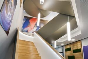 Die Akustik wurde von Anfang an mitgedacht: Auch im Aufgang – der skulpturalen Treppe – ins 1. Obergeschoss ist die Decke akustisch wirksam