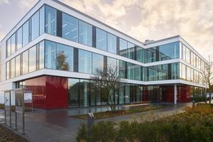 Das Bürogebäude in Oldenburg spricht eine klare Formensprache. Viele schallharte Fensteroberflächen müssen im Innenraum mit akustischen Maßnahmen kompensiert werden
