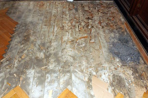 Bild 01: Schadensbereich mit aufgenommenem Parkett im Erdgeschoss