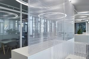 Ein Mittel akustischer Optimierung sind Lamellen unter der Decke, hier im Empfangsbereich mit Lounge