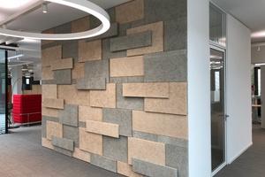 Ein drei Schichten starkes Patchwork aus Holzwolle-Dekorplatten dient als Wandabsorberfläche