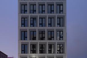 Die leichten Vor- und Rücksprünge in den metallenen Fassadenmodulen verleihen der Oberfläche zusätzlich zum Glas einen lebhaften Charakter