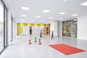 In den einzelnen Räumen können die Schüler ihre Lernposition variieren, von Gruppenarbeit zu stillem Lernen oder von Tisch zu Boden, bis hin zu reinen Sonderräumen, die der Bewegung vorbehalten sind. Die Akustik berechneten die Bauphysiker mit der Annahme eines minimal möblierten und besetzten Klassenraums