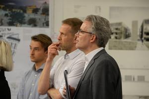 Die Jury bei der Begutachtung der Studenten-Entwürfe
