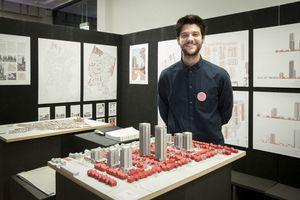 Preisträger Christian Schramm mit seinem Konzept zum Kölner Vorort Meschenich