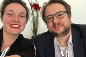 Sarah Centgraf und Jakob Pryzbylo in der Lobby des Hilton Hotels in Düsseldorf. Dort fand der 17. Anwendertag des buidlingSMART e.V. statt.