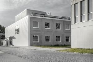 Das Gebäude setzt sich aus modular<br />gereihten und gestapelten Laboreinheiten sowie einem Freiluftlabor auf dem Dach zusammen. Eine Erweiterung in die Höhe und Länge wurde bereits einkalkuliert