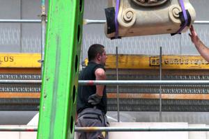 07 Als Hebezeuge zum Versetzen der Steine werden je nach Lastanfall Flaschenzüge bis zum schwersten Autokran eingesetzt