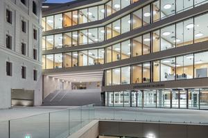 Das neue Atrium verbindet alle Geschosse und gewährt Ein- und Durchblicke in den Innenhof