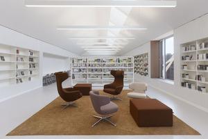 Der Blick in den Medienbereich für Erwachsene. Der Bestand der Bibliothek umfasst ca. 54000 Medien, Platz für Wachstum ist sichtbar vorhanden