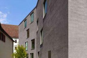 Die Massivität der Fassade ist der Erdbebenzone 3 geschuldet, in der die Stadtbibliothek von harris + kurrle architekten gebaut worden ist