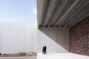 Ein Dach aus Beton überspannt die großzügig dimensionierte Halle