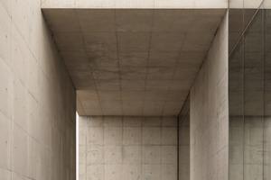 Die Architekten verleihen mit der Auswahl der Materialien und der Dimension dem Gebäude Massivität