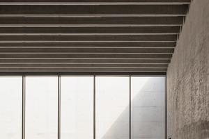 In den Seitenwänden der Auditorien wurden schallabsorbierende Betonblocksteine vermauert