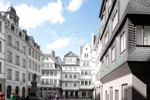 Blick auf den niegelnagelneuen Hühnermarkt, Frankfurt a. M. Acht von elf Häusern wurden hier rekonstruiert, lediglich die Häuser der Ostseite (rechts auf dem Foto) sind Neuerfindungen eines irgendwie Mittelalterlichen.Am 20.September 2013 beschloss der Frankfurter Rat, den Stoltze-Brunnen wiederzuholen, gegen den Widerstand des Amts für Denkmalschutz