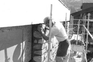 Gebaut wurde über zwei Jahre – zunächst die innere tragende sowie die dämmende Ziegelschicht bis Ende 2017. Nach der Winterpause begannen die Arbeiten an dem Außenmauerwerk