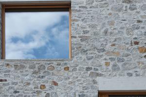 Gesteinsarten in der Natursteinfassade<br />Calanca Gneis (helles Grau) Maggia Gneis (dunkles Grau)<br />Brauner Stainzer (und andere braune Steinsorten)<br />Serizzo antigorio (weißer Granit)<br />Luserner Gneis (Eigenfarbe)