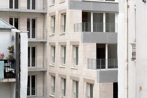 Im hinteren Gebäudeteil verringert sich mit jeder Ebene die Wohnfläche, womit auch mehr Licht und Luft in den Innenhof gebracht werden kann
