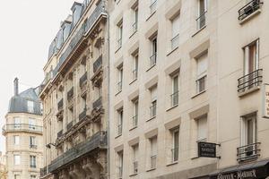 Vor allem an der Straßenfassade haben die Architekten die Gestaltungsprinzipien der Nachbargebäude aufgenommen und vermittelnd übersetzt