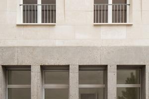 Die eigentliche Dämmebene, in der auch die Fenster angeordnet sind, befindet sich hinter der massiven Kalkstein-Außenwand. Mit der Materialwahl von Beton für das Sockelgeschoss wollen die Architekten auch an die klassische Pariser Bautradition anschließen, die ganz bewusst mit diesem Materialwechsel spielt