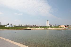 Hier von Süden übers Wasser auf die beiden Pavillons geschaut