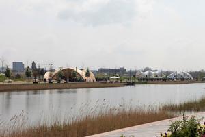 Über den künstlichen Karlssee hinweg auf Pavillons und Neubauten (ganz links im Bild)