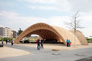Der Holzpavillon mit Blick auf die Baufelder H und J