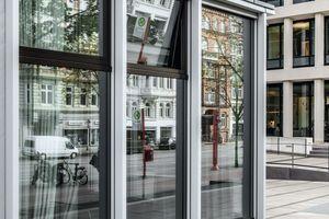 Die Fassade im Erdgeschoss des Hotels wurde abweichend mit 1.300 x 3.400 Millimeter großen Elementen ausgebildet