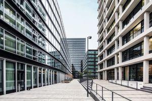 Harmonisches Zusammenspiel der Hotelfassade mit der sanierten Fassade des Spiegel-Verlagshauses