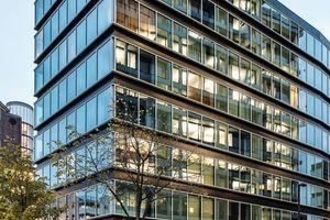 Die elegant detaillierte Fassade betont den gehobenen Anspruch des Adina Apartment Hotels
