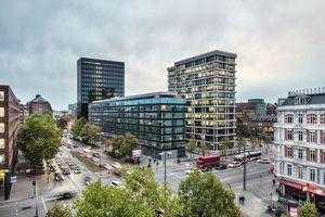 Das Adina Apartment Hotel schließt das Ensemble nach Norden zur Willy-Brandt-Straße ab