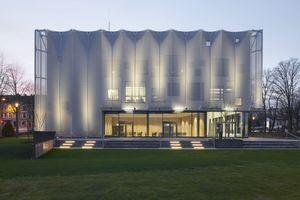 Bei Dunkelheit wird die Textilmembran der Textilakademie NRW beleuchtet<br />