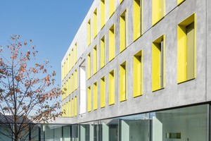 Die Fassade des Studentenwohnheims in Ulm besteht aus Sandwich-Elementen. Durch das einfache Raster konnte größtenteils mit Fertigteilen gearbeitet werden