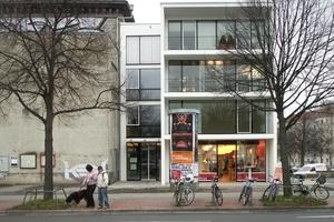Das Wohn- und Geschäftshaus bildete 2008 den Auftakt für das Stadtquartier. Der Hochbunker links daneben stand noch mehrere Jahre, bis er 2014 für den letzten Bauabschnitt abgerissen wurde<br />
