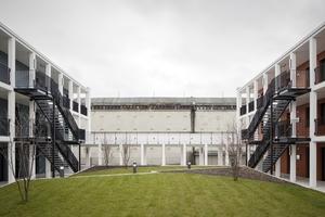 Blick von einem der Innenhöfe des zweiten Bauabschnitts auf den Hochbunker. Im rechten Wohnriegel befindet sich eine Wohnanlage für betreutes Wohnen. Sie umfasst vor allem 2-Zimmer-Wohnungen von 50–60m² Größe und zwei 3-Zimmer-Wohnungen mit 90m² Größe