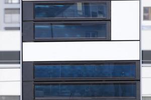 Die opaken Streifenkollektoren sollen die Solarenergie an der Fassade zum Heizen nutzbar machen