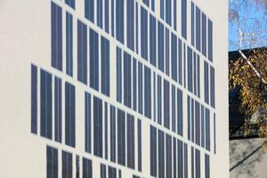 Auf der Südfassade der Westzeile wurden gedruckte OPV-Solarmodule in das WDVS integriert. Das Experiment mit Organischer Photovoltaik erfolgte in Zusammenarbeit mit der DAW (Deutsche Amphibolin Werke)