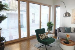 Der Sonnenschutz ist zwischen den Scheiben der raumhohen Holzverbund-Fenster integriert