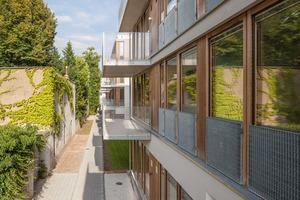 Auf einem schmalen Grundstück in Hamburg- Ottensen entstanden die Klöpstockhöfe, ein dreigeschossiger Wohnungsbau, der zu einem Drittel aus Sozialwohnungen besteht und zu zwei Drittel aus hochpreisigen Eigentumswohnungen