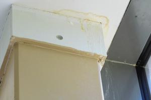 02 Ablaufspuren bei einem Pfosten der Fassadenkonstruktion