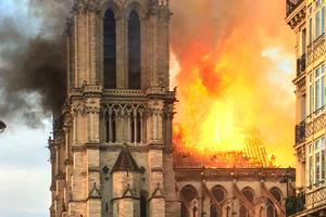 Wie wieder aufbauen?! Notre-Dame de Paris ist schwer beschädigt