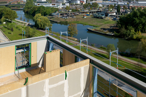 Die Konstruktion besteht überwiegend aus Brettsperrholz für die Decken und nichttragenden Wände sowie Brettschichtholz für die Stützen. Aufgrund des Vorfertigungsgrades entstand pro Woche ein Stockwerk