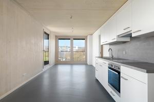 In den Innenräumen dominieren die Materialien Holz, Sichtbeton und Linoleum. Es wurden nur Baustoffe mit geprüfter Zusammensetzung verwendet, dies betrifft unter anderem Kleber, Silikone und Wandfarben