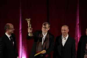Die Große Nike in der Hand: Andreas Meck für meck architekten (links Heiner Farwick, seines Zeichens BDA-Präsident und Juryvorsitzender)