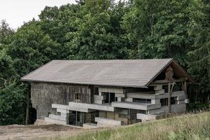 Architekt Peter Haimerl war, als er das Haus zum ersten Mal sah, sofort begeistert. Obwohl es unter Denkmalschutz stand, war es zum Abriss freigegeben