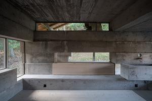 Nach der Auseinandersetzung mit dem Bestand und der regionalen Bauweise, sind im Haus nun drei Zimmer zu finden. Das Bad befindet sich nun im ehemaligen Hühnerstall