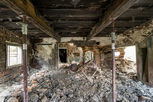 Vorgefunden hatte Architekt Peter Haimerl eine Ruine. Zu sehen waren noch die traditionellen Baumaterialien: Mauerwerk und die Türstöcke aus Granit, der direkt im Wald um das Haus herum gefunden werden kann, auch heute noch